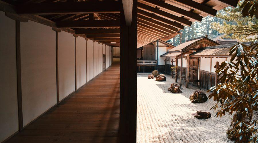 Japanse temple walkway.