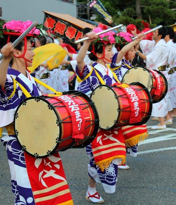 Women playing drums at Hyakumangoku festival.