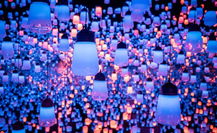 Blue and purple lanterns at TeamLab.