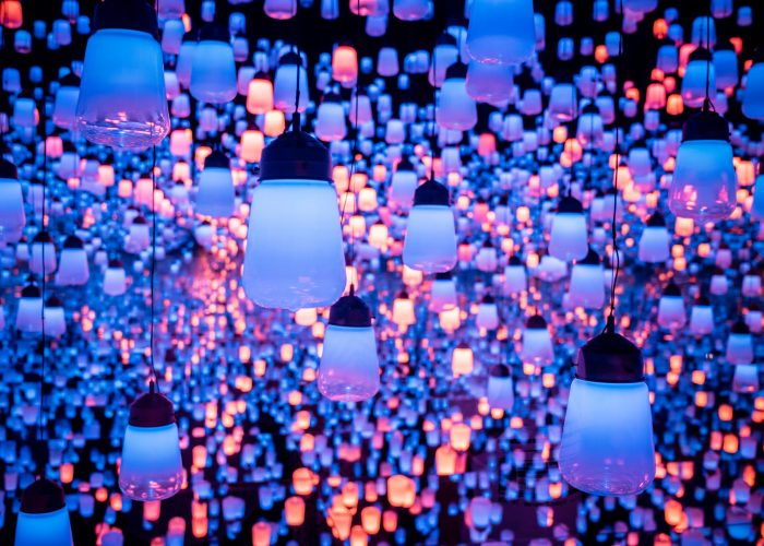 Blue and purple lanterns at TeamLab.